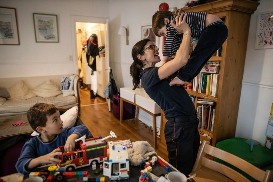 Les fils d'Olga, commandant médecin principal, jouent aux pompiers. Dans un appartement de fonction de la caserne Champerret.