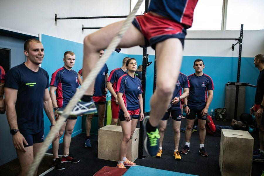 Pendant l'entraînement, à la caserne de Drancy. « Le concours de testostérone », s'amuse Magalie.