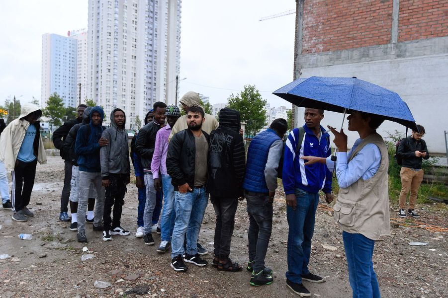 Près de 2 500 migrants ont été évacués vendredi matin de campements sauvages installés dans le nord de Paris