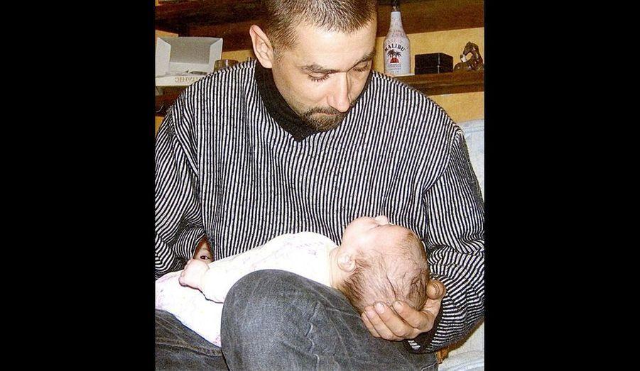 Vols et délit de fuite, 22 mois ferme. Incarcéré le 14 mars 2008. Suicide le 26 juin 2009. En mai 2009, Mickaël avait écrit une dernière lettre à sa concubine et mère de leur enfant, Manon. Il lui disaitt qu'il avait rêvé de suicide.