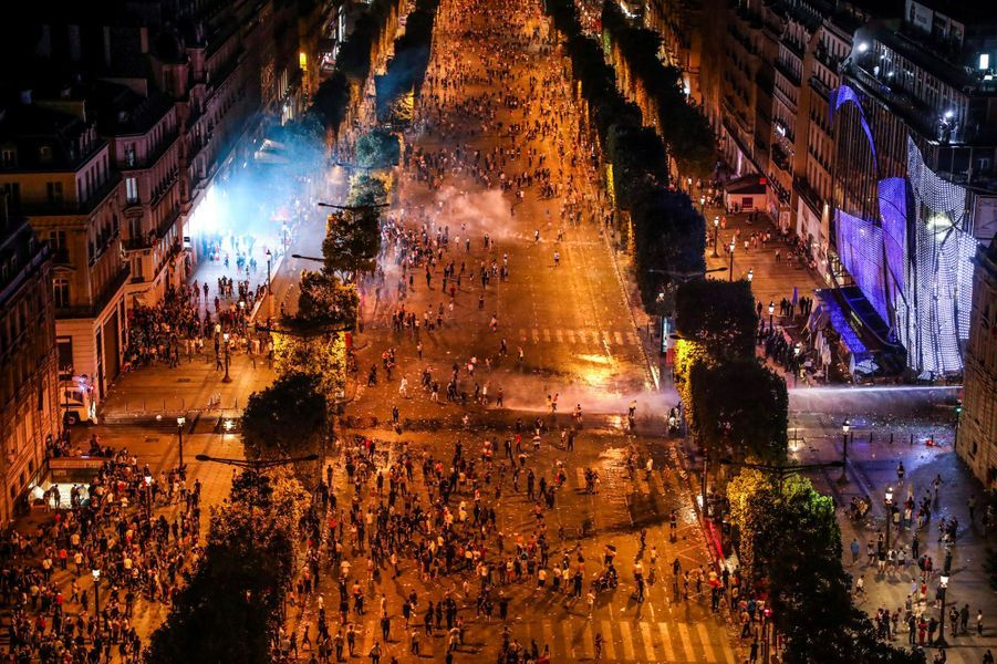 Des clichés pris depuis l'Arc de triomphe montrent les affrontements entre casseurs et forces de l'ordre, dimanche soir sur les Champs-Elysées.