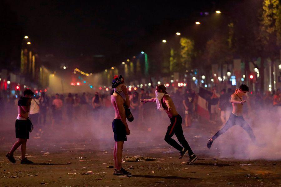 Sur les Champs-Elysées, dimanche soir, lors des échauffourées.