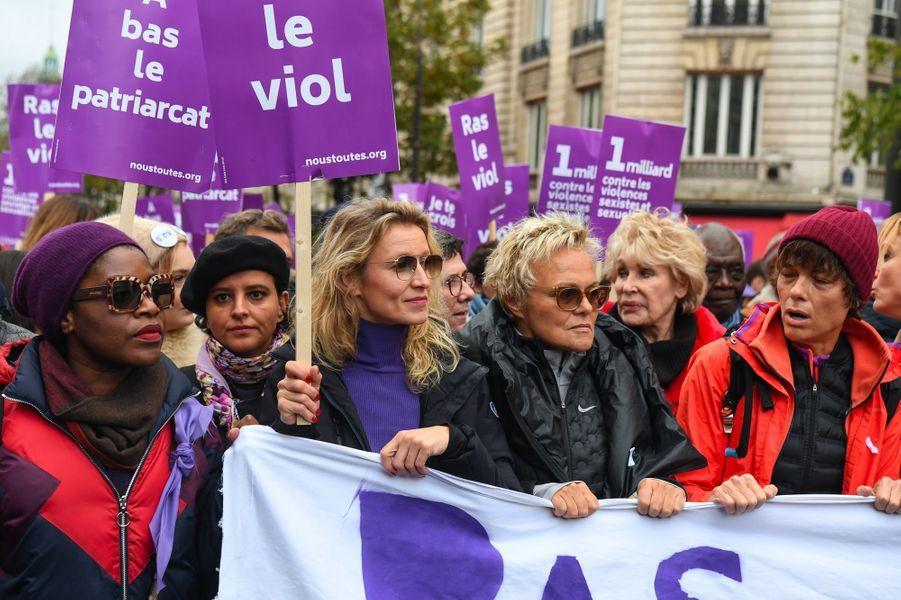 En tête de cortège, toujours : Najat Vallaud-Belkacem et Muriel Robin autour d'Alexandra Lamy, samedi à Paris.