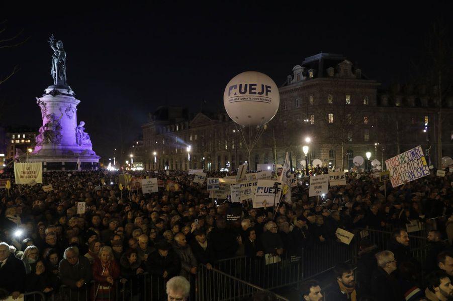 Selon les organisateurs, 20.000 personnes se sont réunies place de République à Paris pour lutter contre l'antisémitisme.