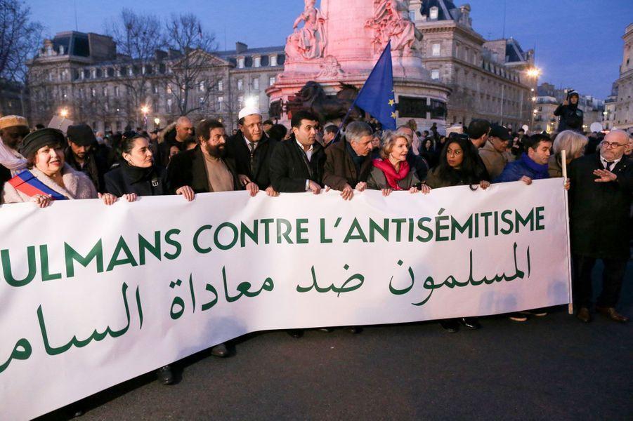 Marek Halter etHassen Chalghoumiau rassemblement contre l'antisémitisme à Paris, le 19 février 2018.