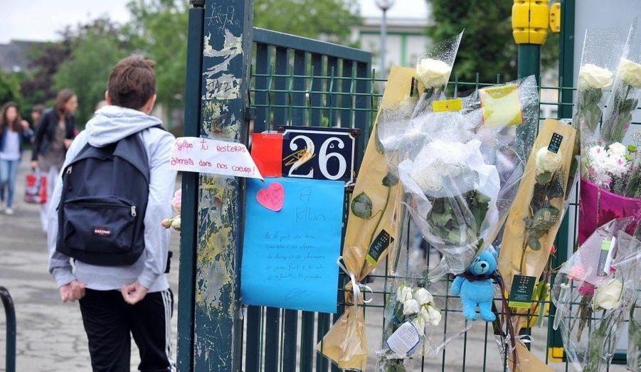 Le collège Cleunay de Rennes est en deuil. L'un des élèves de l'établissement est décédé après une barrage survenue vendredi dernier. Kylian avait 13 ans. Une émouvante cérémonie s'est déroulée lundi dans la cour en présence d'élèves, de parents, de professeurs. Musiques, chants et discours en souvenir de l'adolescent résonnaient entre les bâtiments. Une minute de silence a été observée à 14h45, avant un émouvant lâcher de ballons blancs.