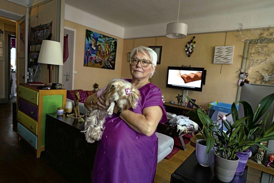 « Le jour où je ne pourrai plus travailler, je ne sais pas ce que je deviendrai » dit Marie. Après une carrière morcelée dans le privé et le public, cette Parisienne de 63 ans touche 900 euros de pension.