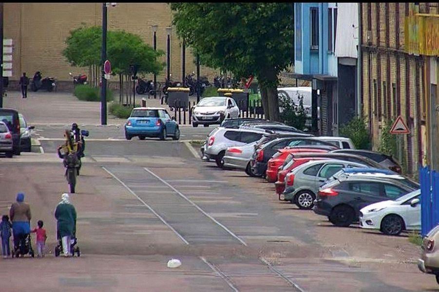 Dans un quartier du Havre, un motard exécute un « wheeling » en pleine rue, frôlant des passantes et leurs enfants