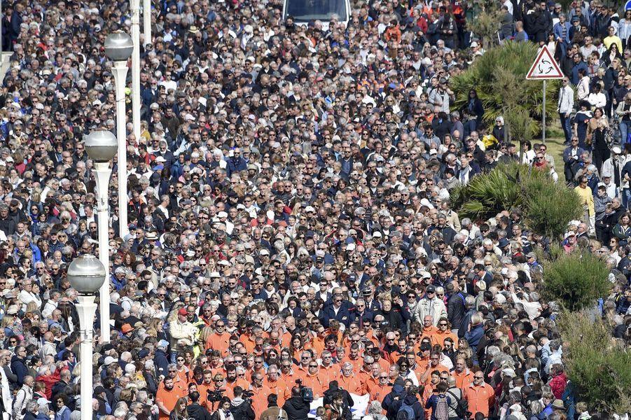 15 000 personnes se sont recueillies lundi sur les plages desSables-d'Olonne en hommage aux trois sauveteursde la SNSM morts en mission