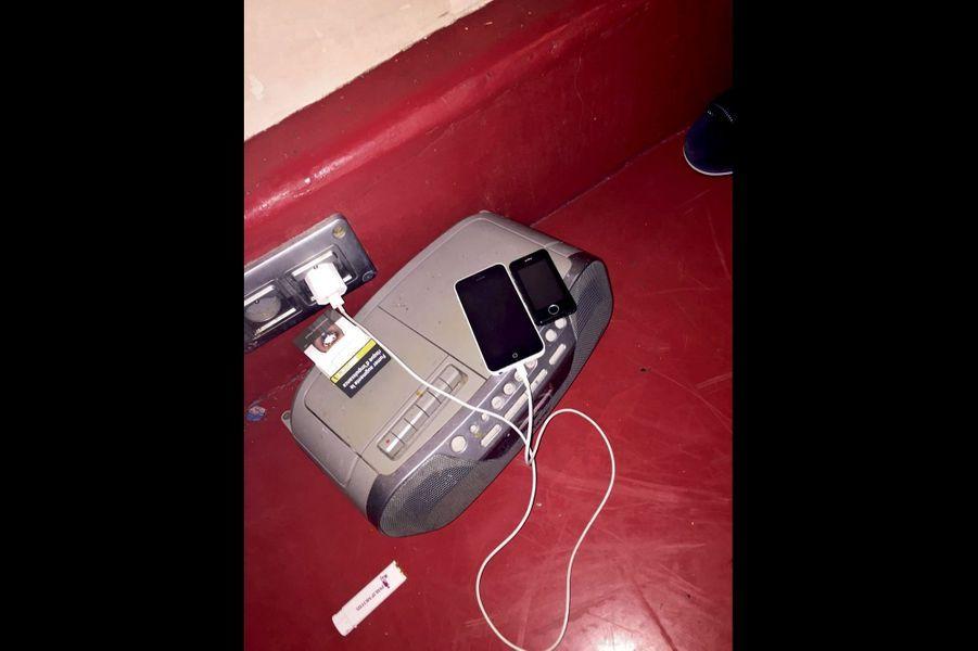 Dans cette cellule, les détenus ne prennent pas de précaution pour recharger leur Smartphone