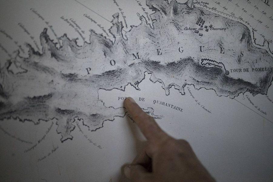 Le jeune photographe Daniel Cole, basé à Marseille, a immortalisé la vie des habitants des îles du Frioul, au large de Marseille. Ici, la carte marquant l'emplacement du lieu de quarantaine, au 19e siècle.