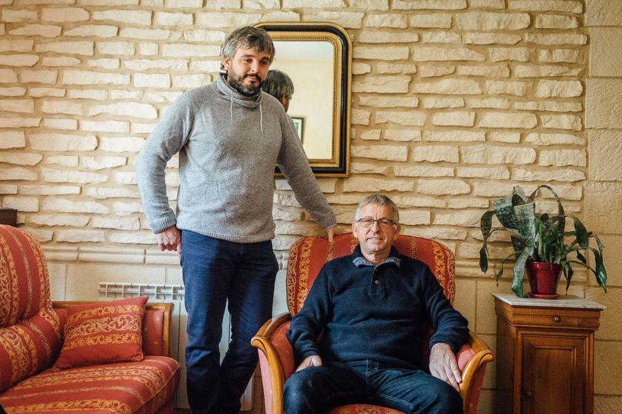 Guillaume, ici avec son père dans la maison familiale dans la campagne au sud de Caen. Michel, parti à la retraite en 2008, est fier que son fils exerce le même métier que lui.