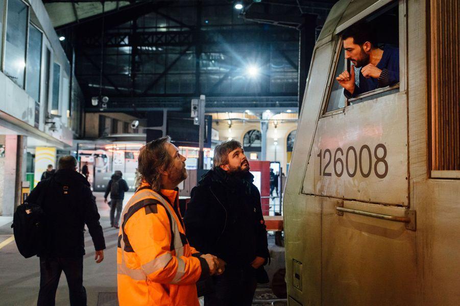 19h49. L'un des collègues de Guillaume vient d'arriver en gare. Guillaume prend son relais pour un départ pour Cherbourg prévu à 20h43.