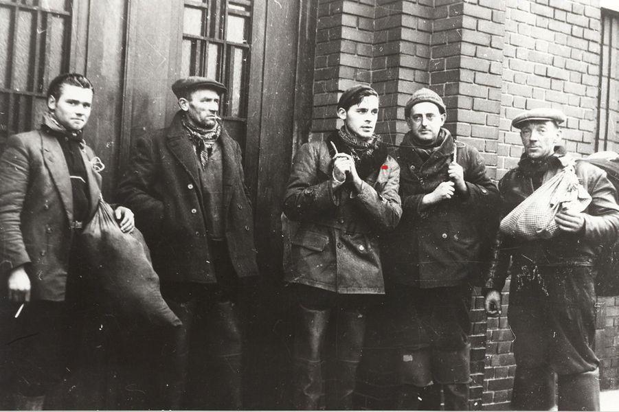 1958, à Calais, l'équipage du Smarapaan.