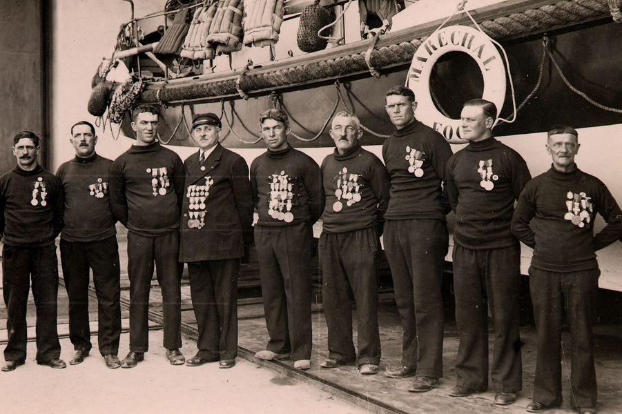 """Médailles au plastron, l'équipage du canot """"Maréchal-foch"""", à Calais, en 1930."""