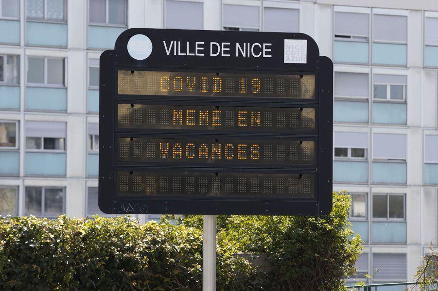 A Nice, dimanche, un panneau rappelle la règle, «même en vacances, je reste chez moi».