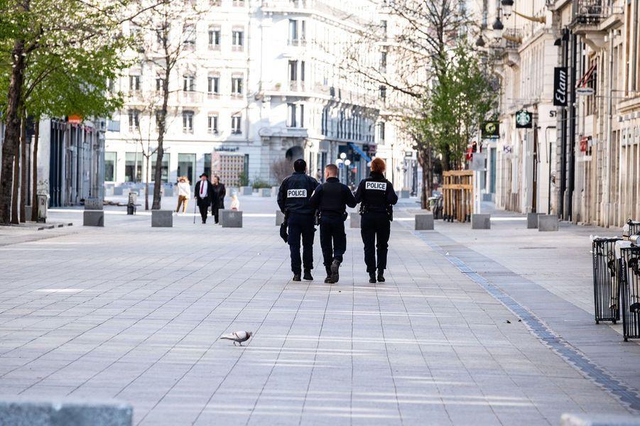 Des policiers patrouillent dans les rues de Lyon, dimanche.