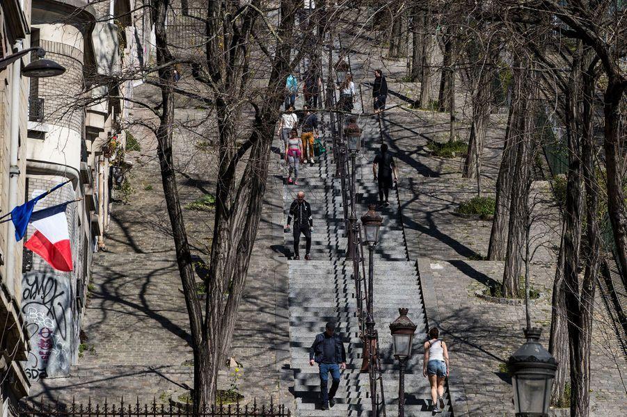 Promeneurs à Montmartre, à Paris, dimanche.