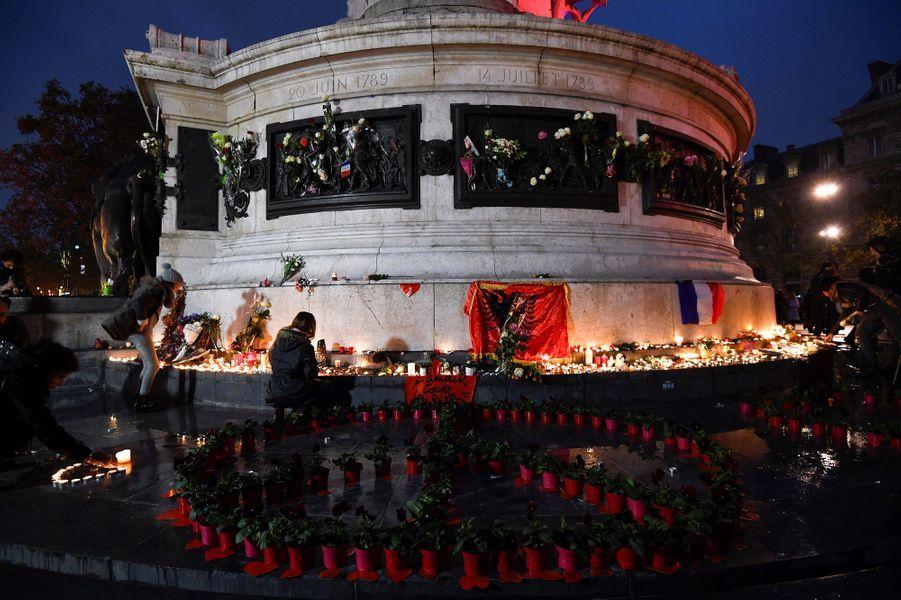 Des bougies ont été allumées place de la République, dimanche à Paris