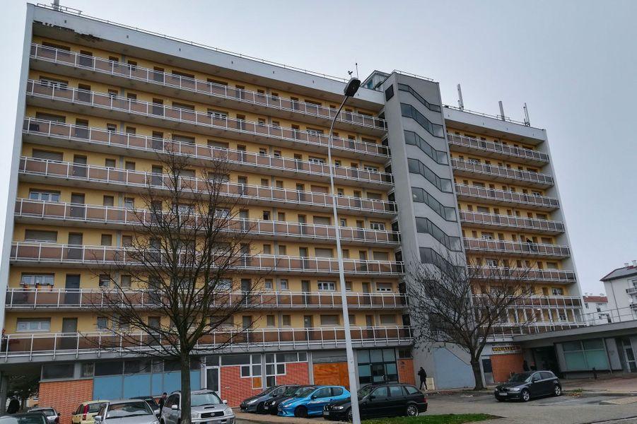 A Strasbourg mercredi, devant l'immeuble où habitait le suspect.