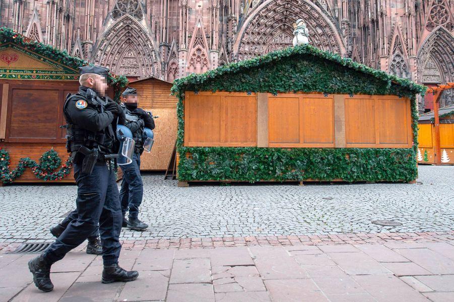 Des gendarmes patrouillent dans le marché de Noël, fermé mercredi.