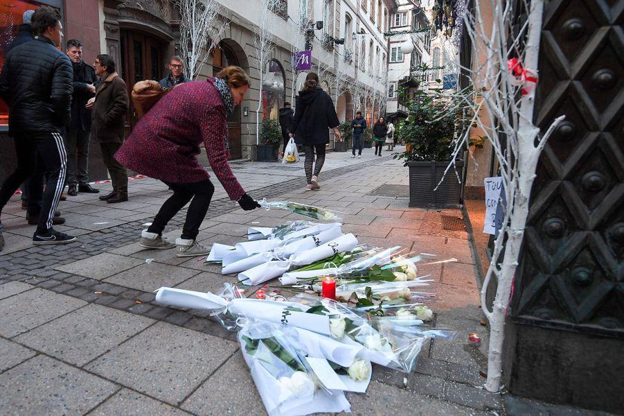 Bougies, fleurs, messages... Dans le centre de Strasbourg, de nombreux hommages ont été rendus aux victimes de l'attaque de mardi soir.