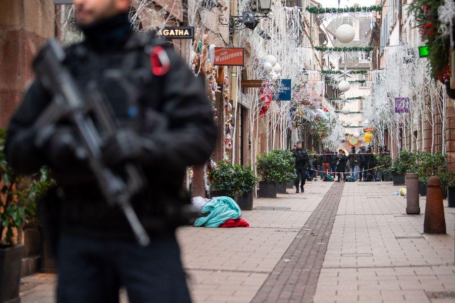 Un gendarme monte la garde devant le lieu d'une des fusillades, mercredi à Strasbourg.