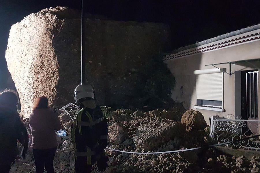 Un énorme rocher s'est effondré lundi après-midi sur des maisons dans la commune des Mées