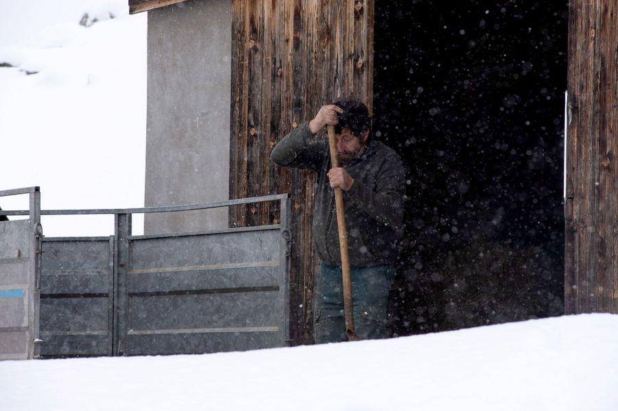 Un fermier devant son étable. Plateau des confins, La Clusaz, Haute Savoie.