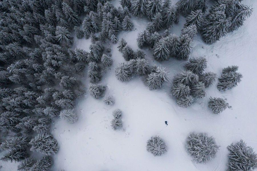 Vue au drone sur les paysages enneiges au domaine de la Clusaz, Plateau des Confins.
