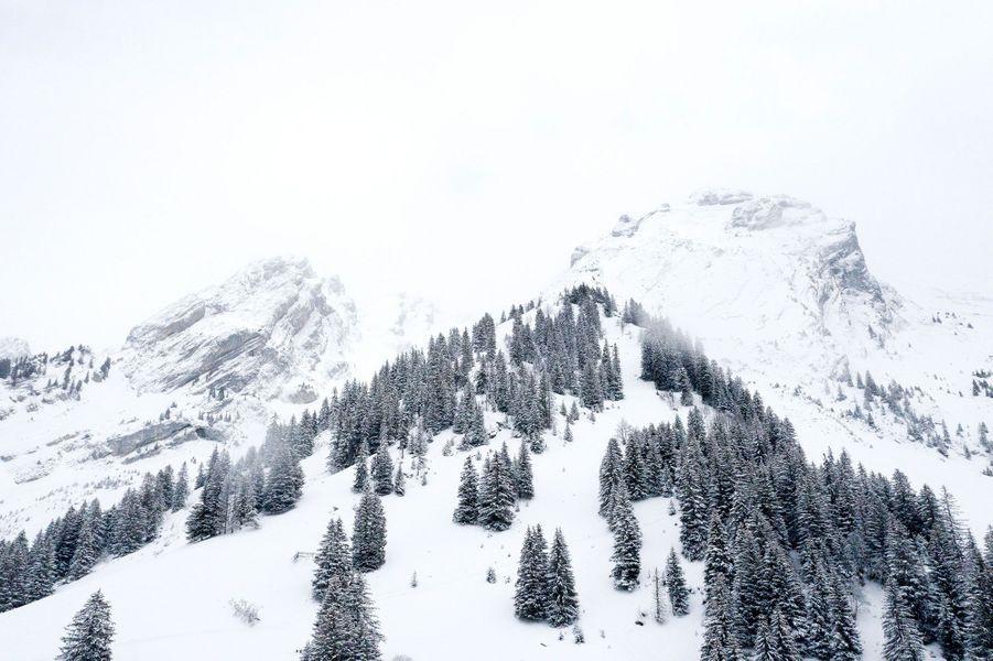 Vue au drone sur les paysages enneigés au domaine de la Clusaz, Haute Savoie.