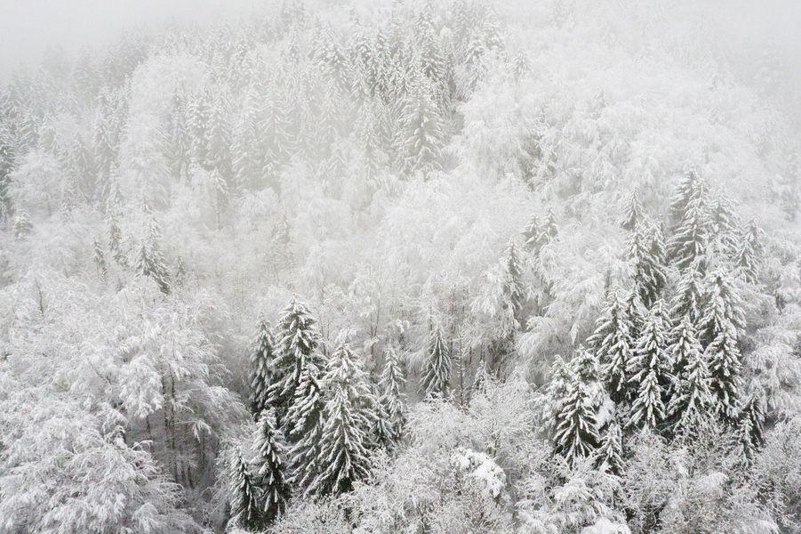 Vue au drone sur les paysages enneigés à Villards Dessus, Alex, Haute-Savoie.