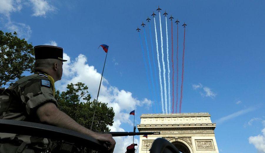 La patrouille de France a ouvert le défilé en survolant les Champs-Elysées.