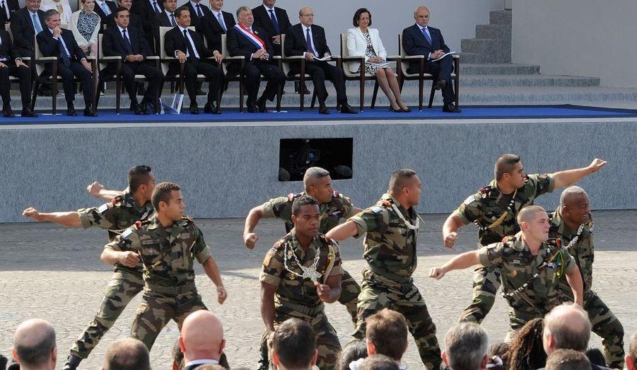 Sous le regard de Nicolas Sarkozy, l'équipe de rugby à XV du régiment pacifique a exécuté un haka impressionnant.