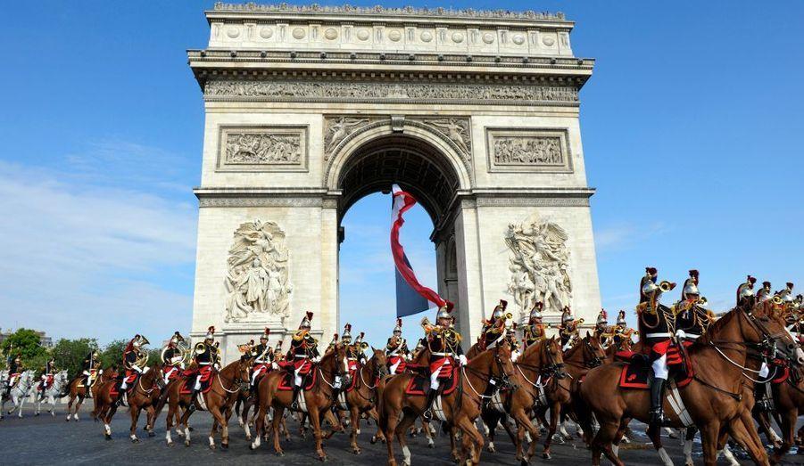 La Garde républicaine défile devant l'Arc de Triomphe, à Paris.