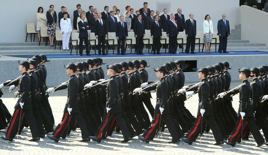 Les élèves de l'école Polytechnique marchent devant la tribune du gouvernement, située place de la Concorde.