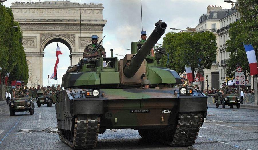 Les chars Leclerc, avec leurs 56 tonnes, ont également descendu les Champs-Elysées.