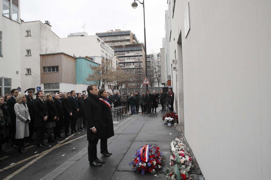 Emmanuel Macron et Anne Hidalgo observent une minute de silence devant les anciens locaux de Charlie Hebdo.