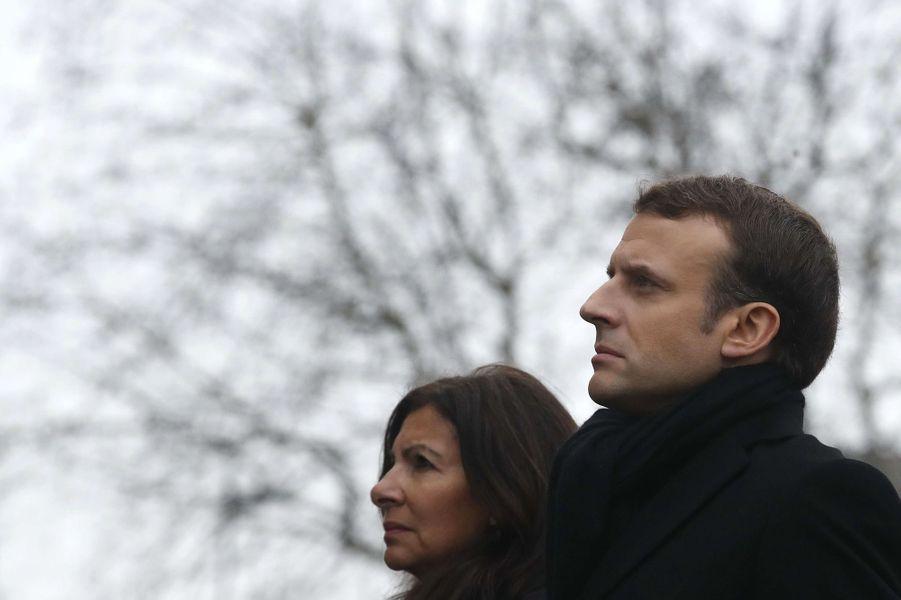 Emmanuel Macron et Anne Hidalgo lors des hommages auxvictimes de l'attentat de Charlie Hebdo etde l'Hyper Cacher.