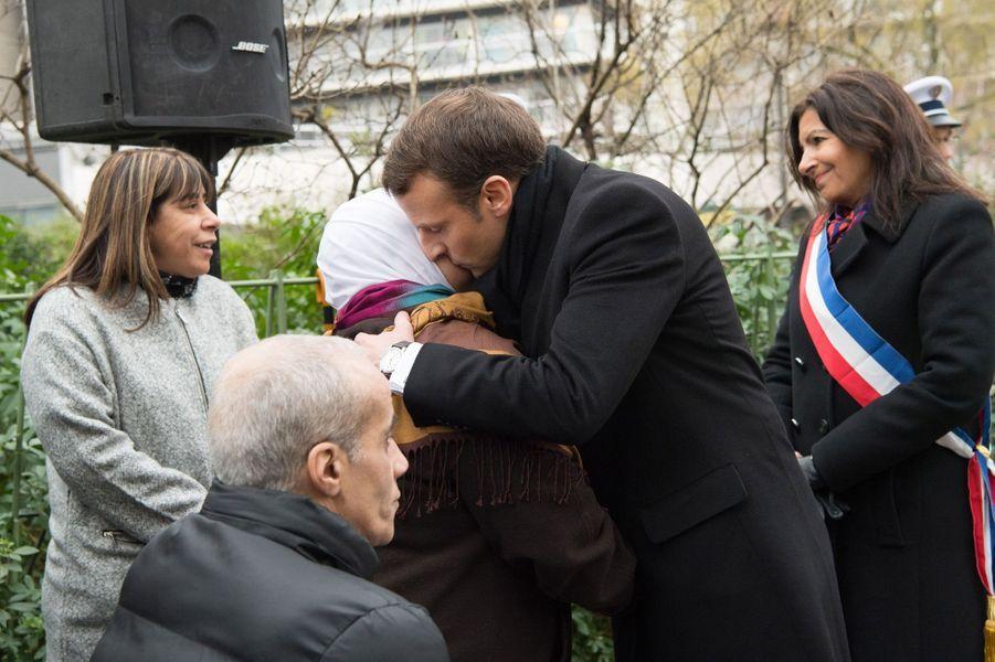 Emmanuel Macron salue des proches des victimes de l'attentat de Charlie Hebdo etde l'Hyper Cacher.