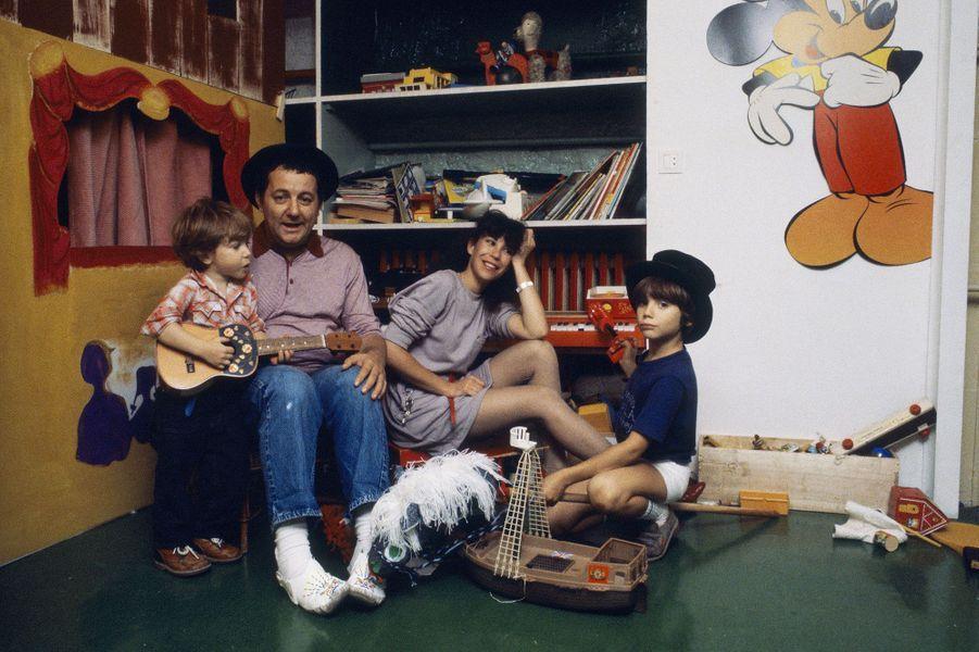 Véronique Colucci, Coluche et leurs deux fils en 1980 dans Paris Match