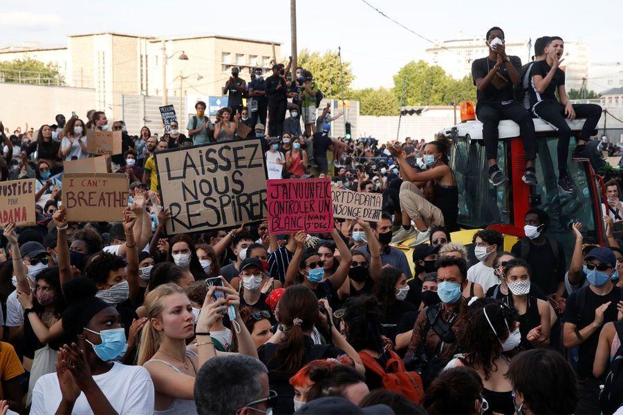"""Près de 20 000 personnes étaient réunies mardi soir à Paris pour réclamer """"Justice pour Adama"""" et dénoncer les violences policières."""