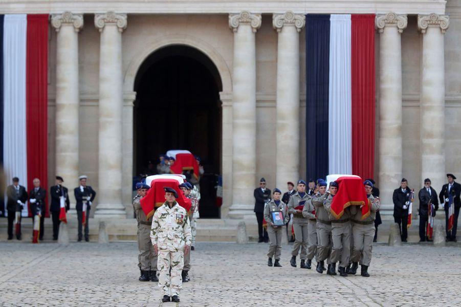 Arrivée des cercueilsdans la cour d'honneur de l'Hôtel desInvalides.