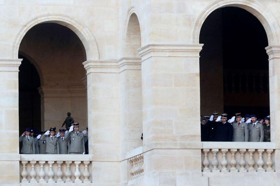 Hommage aux Invalides aux 13 soldats tués au Mali.