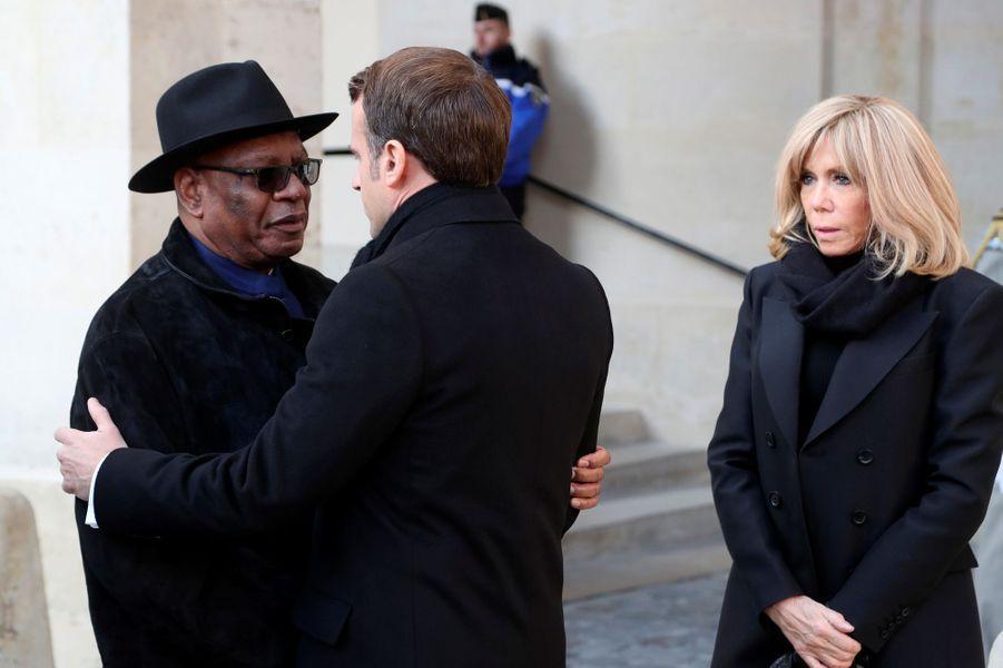 Aux côtés de son épouse Brigitte, Emmanuel Macron salueIbrahim Boubacar Keita, président du Mali.