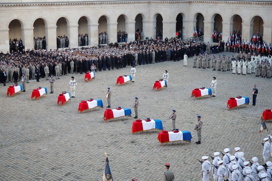 Les 13 cercueils exposés dans la cour d'honneur des Invalides.