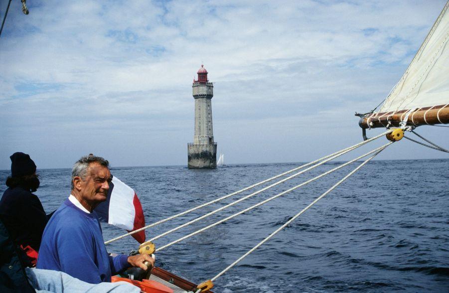 La dernière photo: Le 6 juin 1998, sept jours avant sa disparition, au passage du phare de la Jument, au large d'Ouessant. La traversée en équipage vers l'Ecosse a commencé.