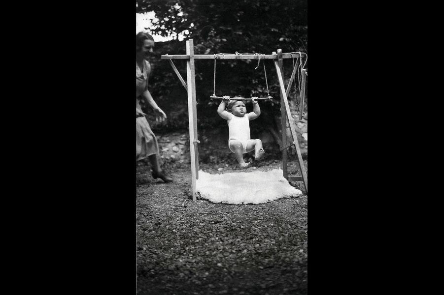 Tractions pour les biceps, appréciation de la houle… Eric fait ses premières armes sur balançoire.