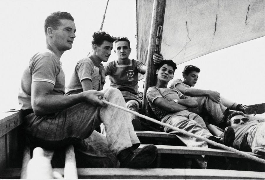 Eric, 22 ans ( à g.), en apprentissage sur son canot, au Centre de formation maritime d'Hourtin, en 1953.