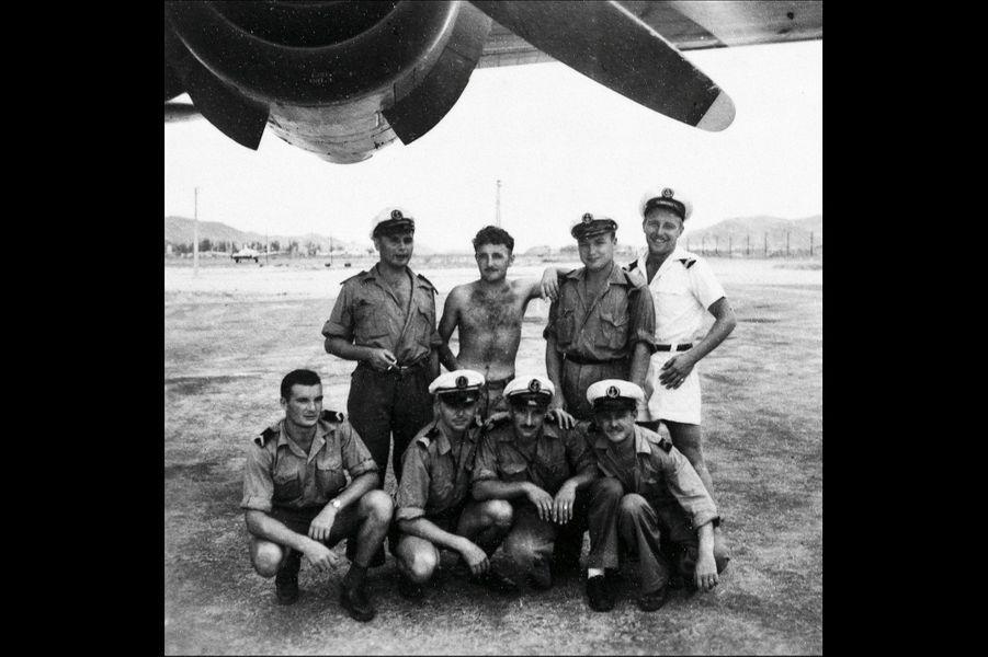 A gauche, accroupi, avec ses coéquipiers de l'aéronautique. Pilote des parachutistes, Eric est salué pour son adresse et son audace.